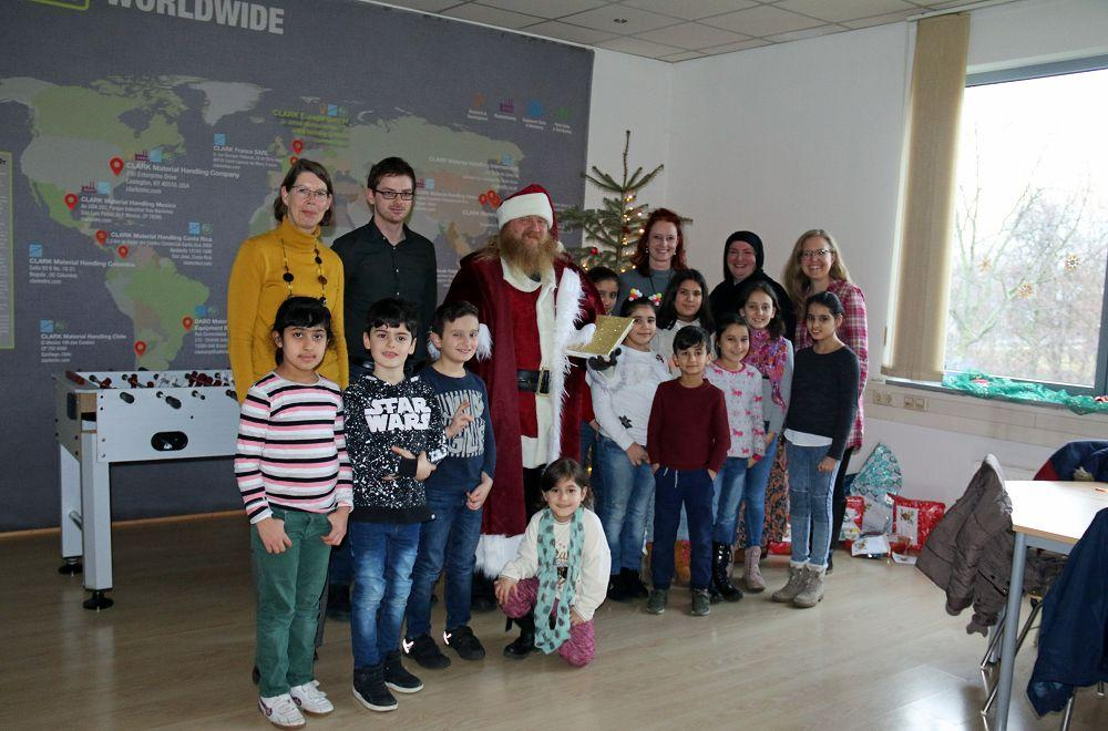 CLARK Europe presents gifts to children from the Rheinhausen Regenbogenhaus